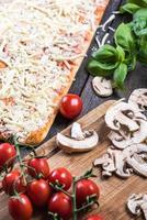 bereiding van klassieke zelfgemaakte margherita pizza foto