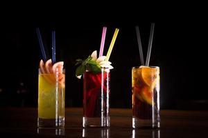 kersenbom, schroevendraaier en cuba libre cocktails in hoog glas foto