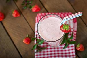 Aardbeienmilkshake smoothie met verse aardbeien foto