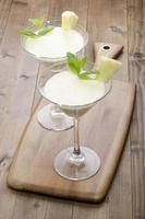 ananasmilkshake in een cocktailglas foto