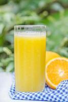 glas vers geperst sinaasappelsap foto