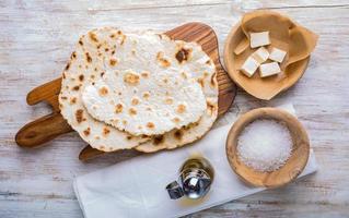 gebakken tortilla met kaas op olijf houten plaat foto