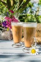 koffie in de zonnige zomertuin foto