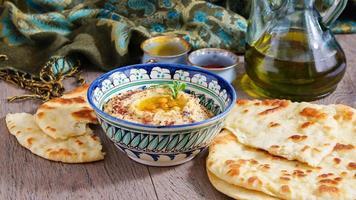 hummus en tarwe flatbread foto
