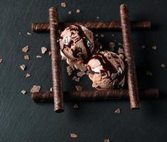 chocolade-ijs ijs geserveerd met wafelsticks foto