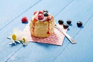 bladerdeeg met vanille-ijs en room, bosbessen en frambozen foto