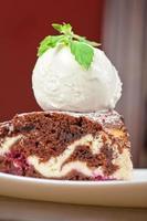 chocoladetaart met jam ijs foto