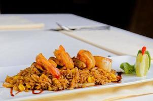 gastronomisch citroenachtig risottorecept op witte plaat foto