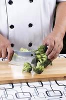 chef-kok broccoli snijden foto