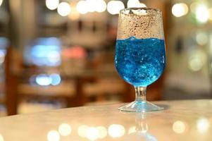 blauwe coktail met wazige achtergrond foto