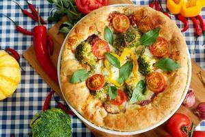 zelfgemaakte vegetarische margarita pizza op tafel foto