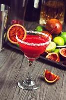 bloedsinaasappel Margarita op bar met ingrediënten