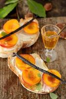 open sandwiches met perzik en honing foto