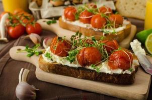 geroosterde cherry tomatensaus en ricotta op toast foto