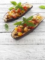 aubergines gevuld met kaas en groenten foto