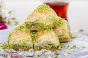 traditioneel Turks Arabisch dessert - baklava met honing en noten foto