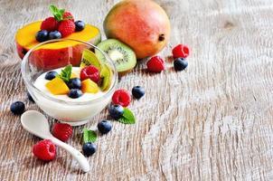 yoghurt met muesli met bessen en fruit, selectieve aandacht foto