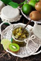 marmelade van kiwi en limoen foto