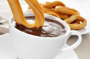 churros con chocolate, een typisch Spaanse zoete snack foto