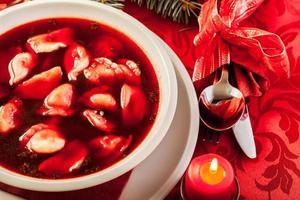 kerst rode borsjt met met vlees gevulde knoedels foto