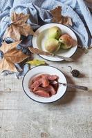 gepocheerde peren eten met cognacsaus foto