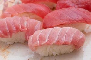 tonijn nigiri sushi foto