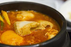 close-up Kimchi stoofpot met tofu Koreaanse keuken foto