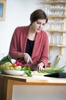 jonge vrouw die online een recept bekijkt foto