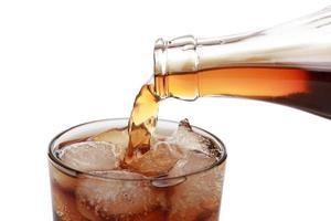 cola gieten in een glas foto