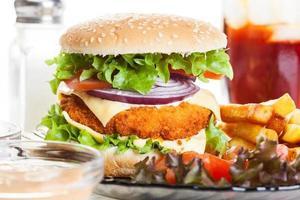 kipburger en glas cola met ijs foto