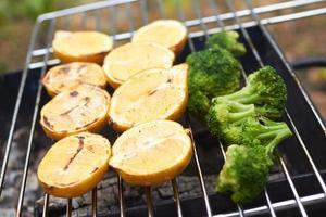 citroenen, broccoli, gegrild foto