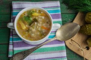 soep augurk. gerecht van de Russische keuken foto