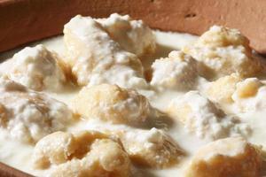 dahi vada - een hartige snack die in gestremde melk drijft foto