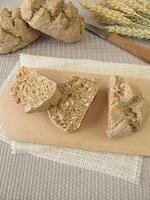 gesneden volkoren broodjes foto