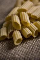 penne pasta rauw portret rustiek foto