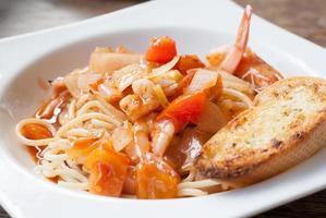 plaat van spaghetti en tomatensaus foto