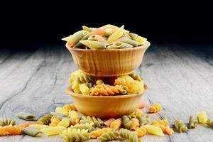rauwe eliche tricolori pasta achtergrond foto