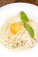 spaghetti met ei en parmezaanse kaas foto