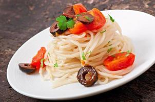 spaghetti met tomaat en olijven foto