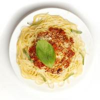 spaghetti bolognese op witte plaat foto