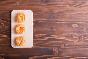 pasta rauw drie cirkels op een rij klein licht snijden foto
