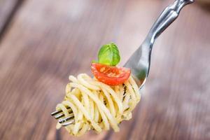 spaghetti met pesto op een vork foto
