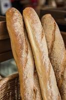 stokbroodbrood in manden foto