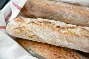 stokbrood in een wit tafelkleed foto