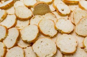 gesneden stokbrood op tafel foto