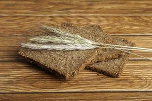 spikes en sneetjes brood foto