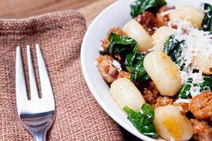 Italiaanse worst, spinazie en gnocci foto