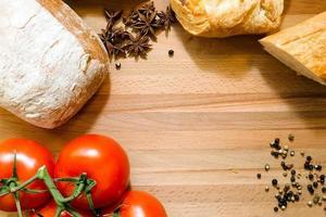 tomaten, brood en kruiden foto