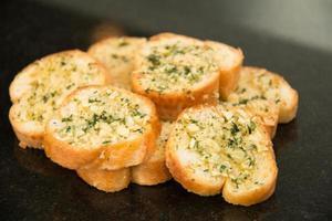 knoflook en kruidenbrood close-up. foto