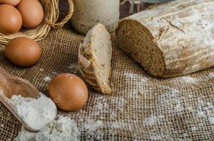 zelfgebakken brood van zuurdesem rogge foto